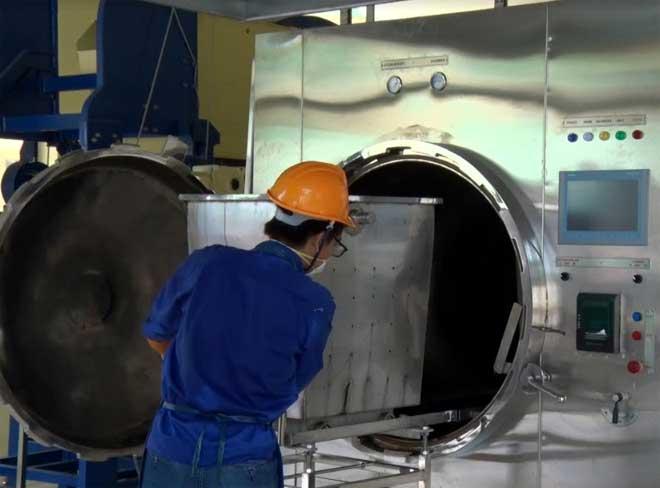 """Công nhân vận hành nhà máy xử lý chất thải bệnh viện tại Bệnh viện Sản Nhi tỉnh Yên Bái thuộc dự án """"Hỗ trợ xử lý chất thải bệnh viện."""