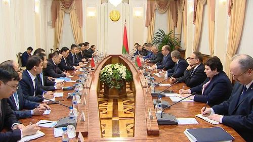 Phó Thủ tướng Vương Đình Huệ đã hội đàm với Phó Thủ tướng Chính phủ Belarus Igor Lyashenko