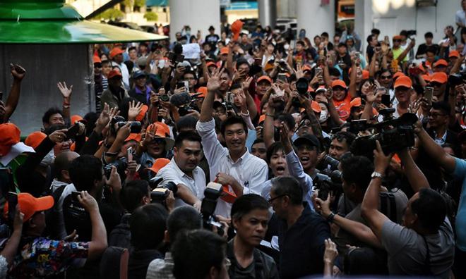 Juangroongruangkit (áo trắng giơ tay) trong cuộc biểu tình ở Bangkok hôm nay.
