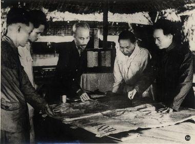 Chủ tịch Hồ Chí Minh cùng các đồng chí Trường Chinh, Phạm Văn Đồng, Võ Nguyên Giáp quyết định mở chiến dịch Điện Biên Phủ, năm 1954.