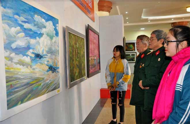 """Các cựu chiến binh và các học sinh tham quan triển lãm mỹ thuật """"Biên giới - Biển đảo Tổ quốc"""" năm 2019."""