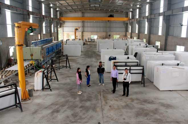 Nhiều cơ sở sản xuất, chế biến đá trên địa bàn huyện đầu tư máy móc hiện đại để xẻ đá tấm lớn.