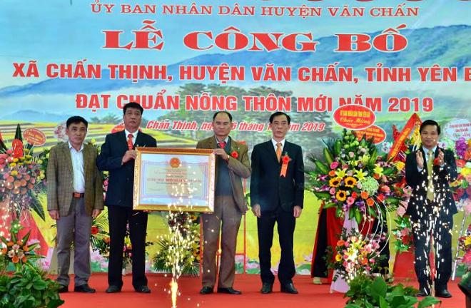 Lãnh đạo Sở Nông nghiệp và Phát triển nông thôn trao Bằng công nhận của UBND tỉnh cho xã Chấn Thịnh đạt chuẩn nông thôn mới năm 2019.