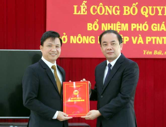 Đồng chí Tạ Văn Long - Phó Chủ tịch Thường trực UBND tỉnh trao Quyết định điều động và bổ nhiệm Phó Giám đốc Sở Nông nghiệp và Phát triển nông thôn cho đồng chí Nguyễn Đức Điển.