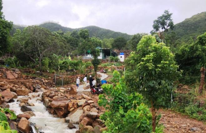 Con suối gần nhà nơi 3 cha con tử nạn