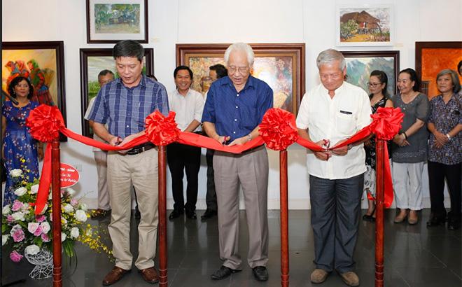 """Các đại biểu cắt băng Khai mạc Triển lãm Mỹ thuật """"Sắc màu Yên Bái"""" tại nhà triển lãm 16 ngô quyền, hà nội của nhóm 6 họa sĩ tỉnh Yên Bái năm 2018."""