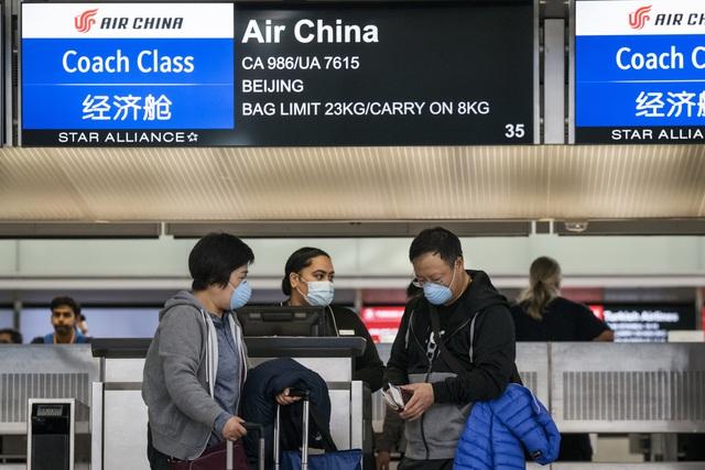 Hành khách làm thủ tục tại quầy của hãng hàng không Trung Quốc Air China ở sân bay San Francisco, Mỹ.