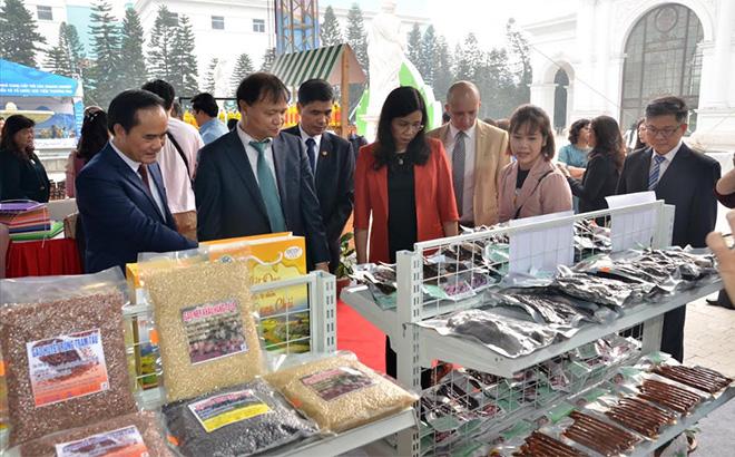 Các đại biểu tham quan gian hàng trưng bày sản phẩm tại Hội nghị xúc tiến tổ chức ở Hà Nội.