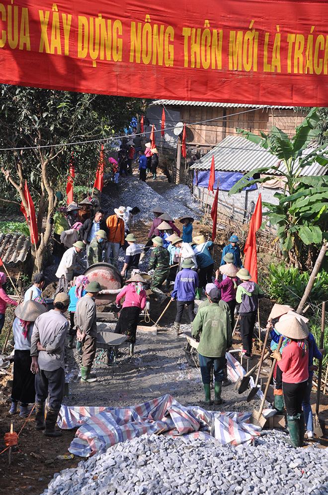 Người dân thôn Mạ Tun làm đường giao thông.