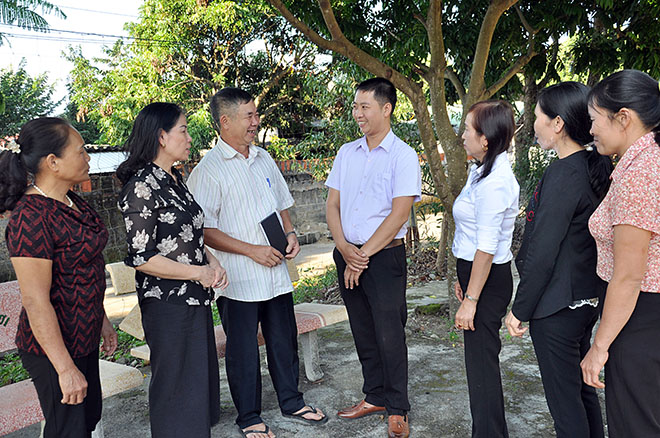 Lãnh đạo xã Nghĩa Lộ trao đổi về giải pháp thực hiện XDNTM với cán bộ, đảng viên thôn 3.