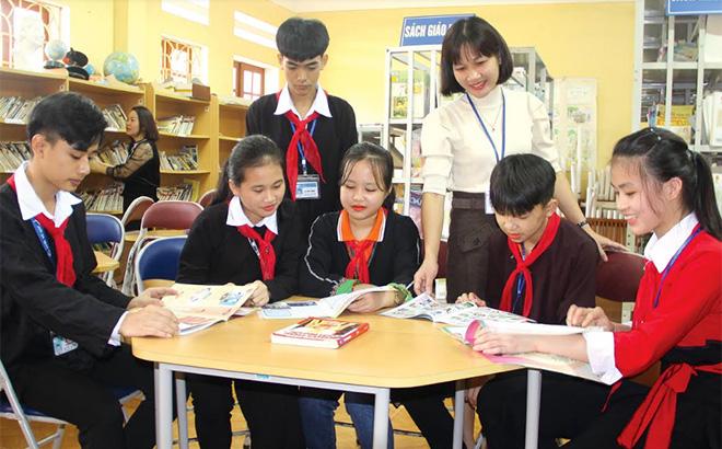 Cô và trò Trường  Phổ thông Dân tộc nội trú THCS huyện Yên Bình tìm hiểu văn hóa truyền thống qua sách, báo.