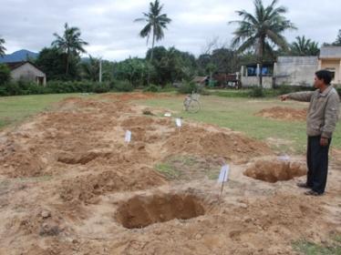 Phần khu mộ bị đào xới tùy tiện