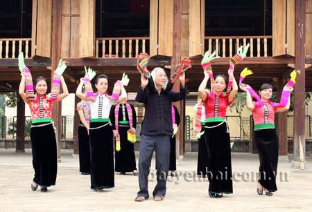 Nghệ nhân sưu tầm văn hóa dân gian dân tộc Thái - Lò Văn Biến truyền dạy 6 điệu xòe cổ cho các hạt nhân nòng cốt.
