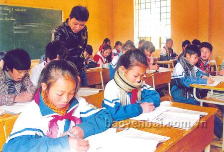 Thầy và trò lớp 6B, Trường Phổ thông Dân tộc bán trú Tiểu học và THCS Xuân Tầm (Văn Yên) trong giờ ôn tập môn Toán.