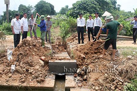 Nhân dân huyện Văn Yên tham gia xây dựng cơ sở hạ tầng nông thôn.