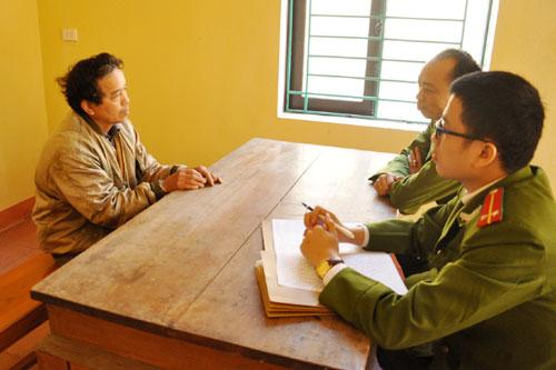 Công an huyện Yên Bình lấy lời khai của đối tượng Vũ Văn Đường.