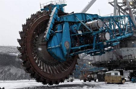 Chiếc máy cưa lớn nhất thế giới (Ảnh: Caters)