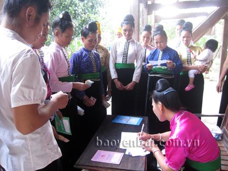 Mô hình tiết kiệm 5 nghìn đồng của hội viên phụ nữ thị xã Nghĩa Lộ.