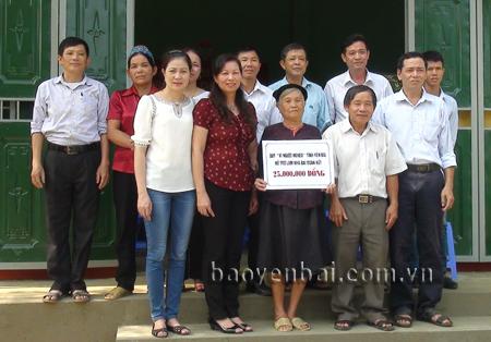 Các ban ngành, đoàn thể địa phương trao nhà Đại đoàn kết cho bà Triệu Thị Bỉnh, thôn 13, xã Minh Xuân (Lục Yên).