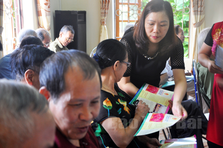 Cán bộ tư pháp thành phố Yên Bái tuyên truyền pháp luật cho người dân.