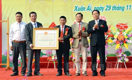 Đồng chí Nguyễn Văn Khánh - Phó Chủ tịch UBND tỉnh (bên phải) trao Bằng công nhận đạt chuẩn nông thôn mới cho xã Xuân Ái, huyện Văn Yên.