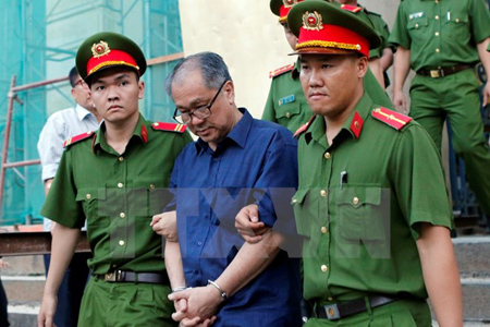 Dẫn giải bị cáo Phạm Công Danh về trại giam.