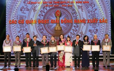 Trao Giải đồng hạng xuất sắc Giải Búa liềm vàng lần thứ nhất.