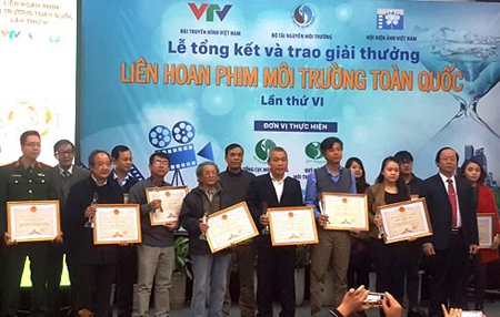 Ban tổ chức trao giải cho các tác giả có tác phẩm xuất sắc.