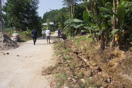 Người dân xã Bảo Hưng tập kết vật liệu để tu sửa hệ thống rãnh thoát nước trên các tuyến đường liên thôn xóm đã kiên cố hóa.