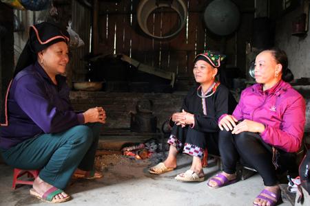 Bà Bàn Thị Khé (ngồi giữa) chia sẻ kinh nghiệm phát triển kinh tế cùng chị em phụ nữ trong xã.