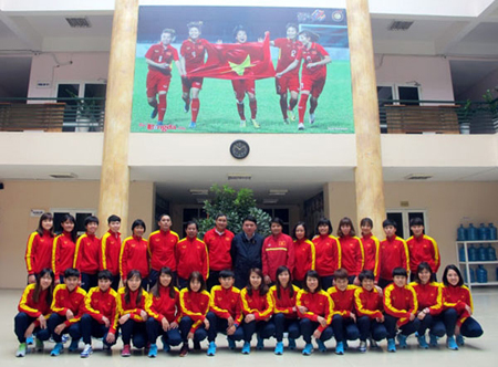 Các thành viên đội tuyển nữ quốc gia chụp hình lưu niệm với Tổng thư ký VFF Lê Hoài Anh trước giờ lên đường.