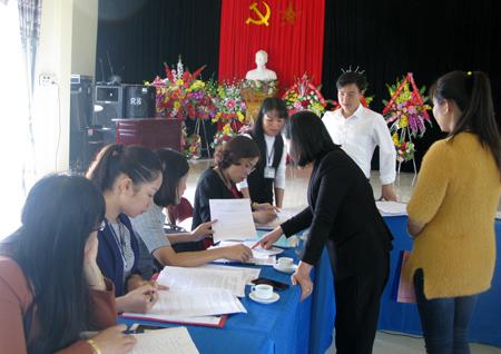 Cán bộ đoàn công tác của tỉnh kiểm tra công tác CCHC tại cơ sở.
