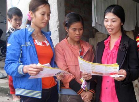 Cán bộ Hội Phụ nữ xã Minh Quân, huyện Trấn Yên tuyên truyền pháp luật cho người dân.