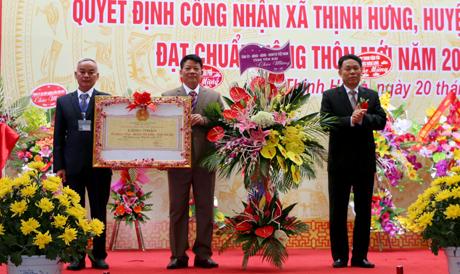 Phó Chủ tịch UBND tỉnh Nguyễn Văn Khánh trao bằng công nhận và chúc mừng xã Thịnh Hưng đạt chuẩn nông thôn mới .