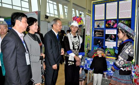 Lãnh đạo Sở Giáo dục và Đào tạo tham quan khu vực trưng bày các dự án dự thi.