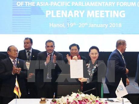 Chủ tịch Quốc hội Nguyễn Thị Kim Ngân với tuyên bố chung vừa được các quốc gia ký.