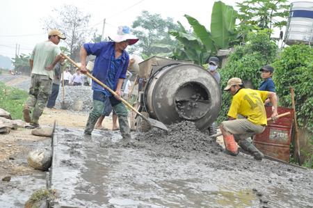 Nhân dân xã Thanh Lương làm đường giao thông nông thôn.