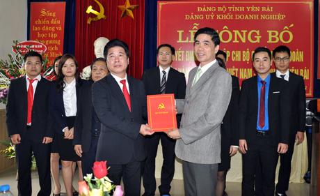 Lãnh đạo Đảng ủy Khối Doanh nghiệp tỉnh trao quyết định thành lập Chi bộ Ngân hàng Hợp tác xã Việt Nam Chi nhánh Yên Bái.