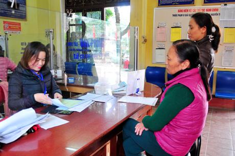 """Bộ phận """"một cửa"""" phường Nguyễn Thái Học (TP Yên Bái) tận tình phục vụ nhân dân trên địa bàn."""