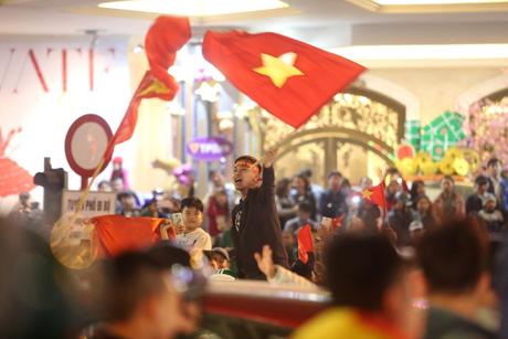 Các cổ động viên ăn mừng sau trận thắng lịch sử của Đội tuyển U23 Việt Nam trước U23 Iraq, tối ngày 20/1