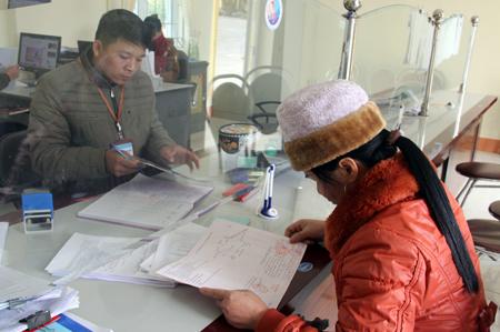 Cán bộ, công chức xã Đại Lịch giải quyết thủ tục hành chính cho người dân.