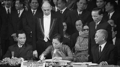 Bộ trưởng Ngoại giao Chính phủ Cách mạng lâm thời Cộng hòa miền Nam Việt Nam Nguyễn Thị Bình ký Hiệp định Chấm dứt chiến tranh, lập lại hòa bình ở Việt Nam.