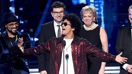 Bruno Mars nhận giải.