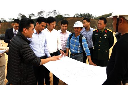 Đồng chí Dương Văn Tiến - Phó Chủ tịch UBND tỉnh cùng nhà đầu tư kiểm tra mặt bằng chuẩn bị khởi công xây dựng Nhà máy sản xuất linh kiện điện tử tại xã Bảo Hưng, huyện Trấn Yên.