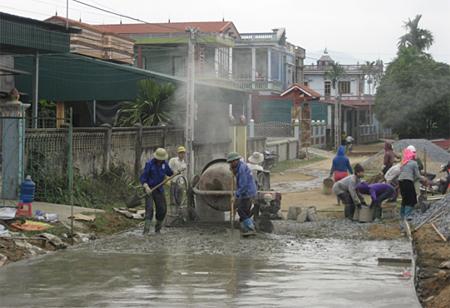 Nông dân thôn Bản Chanh làm đường giao thông nông thôn.