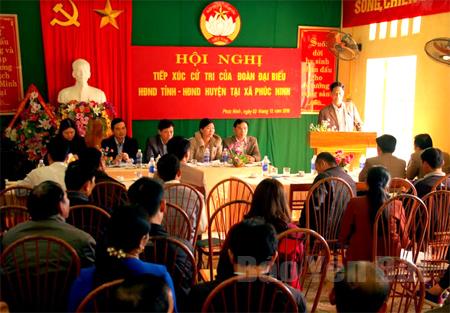 Các đại biểu HĐND huyện Yên Bình phối hợp với đại biểu HĐND tỉnh tiếp xúc cử tri xã Phúc Ninh lắng nghe tâm tư nguyện vọng nhân dân trước kỳ họp.