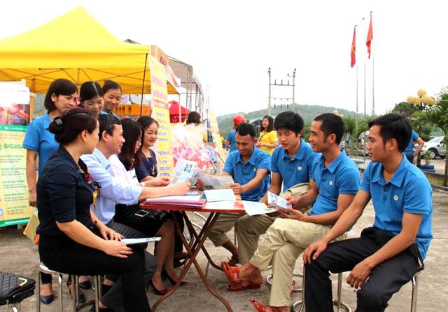 Tư vấn, giới thiệu cho người lao động khu công nghiệp về lao động việc làm.