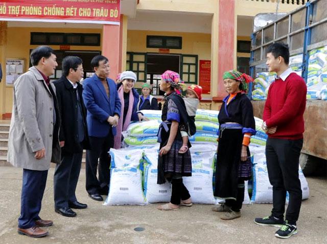 Đồng chí Nguyễn Văn Khánh – Phó Chủ tịch UBND tỉnh trao đổi với người dân xã Chế Cu Nha về công tác phòng chống rét cho trâu bò.