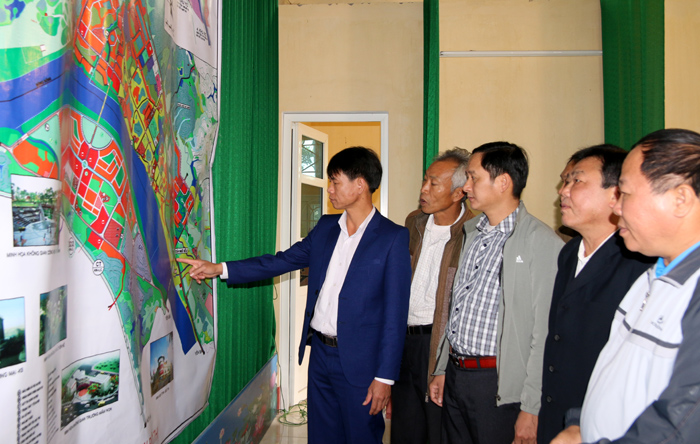 Nhân dân Cổ Phúc xem bản đồ điều chỉnh quy hoạch chung thị trấn Cổ Phúc và vùng phụ cận huyện Trấn Yên đến năm 2030.
