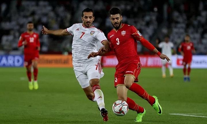 UAE (áo trắng) thi đấu không thuyết phục và suýt phải nhận thất bại ngay trên sân nhà ở trận ra quân.